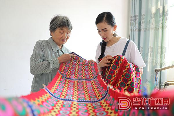 9.蒙娃努索到村寨中收集老织娘的织锦。记者 张友豪 摄.jpg