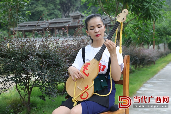 """11.蒙娃努索在调试具有毛南文化特色的原创乐器——""""蒲""""。记者 张友豪 摄.JPG"""